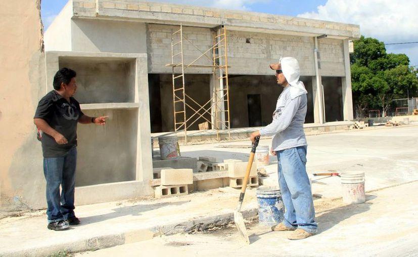 Un estudio en la capital yucateca revela que se mantendrá la creación de empleos. Imagen de un par de albañiles en su lugar de trabajo. (Milenio Novedades)