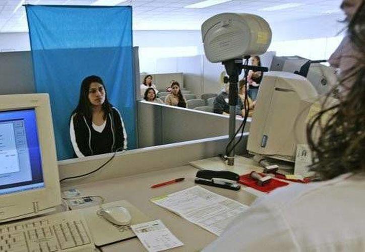Los solicitantes tendrán que aprobar los exámenes escritos y orales, como el resto de los conductores. (eltiempolatino.com)