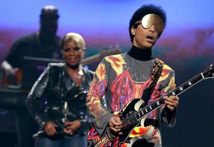 Prince se mostraba extrovertido y extravagante ante el mundo entero, pero en privado tenía mucho que ofrecer. (telemundo.com)