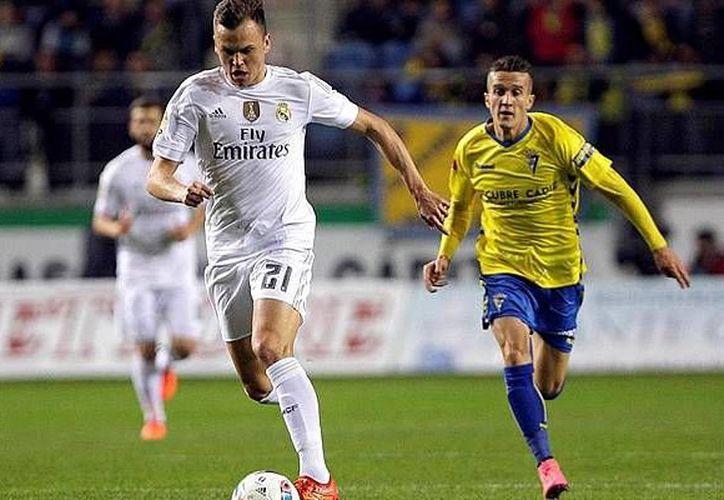 La situación de la suspensión del Real Madrid se dio el pasado 2 de diciembre durante el encuentro frente al Cádiz en la Copa del Rey. En la foto, Denis Cheryshev  conduce el balón durante el encuentro copero.(AP)