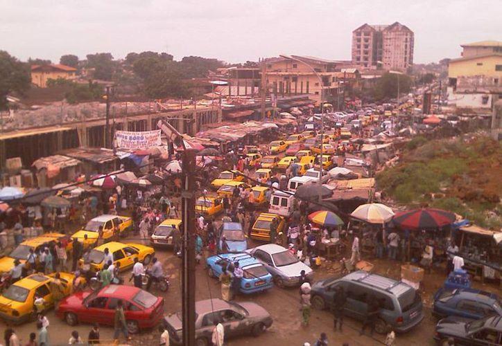 Imagen panorámica de un mercado en Conakry, Guinea, donde una extraña enfermedad ha matado a 29 personas. (mycontinent.co)