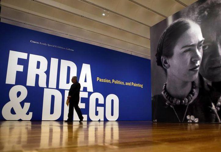 Publicidad de Kahlo y Rivera en la entrada del Museo de San Diego, EU. (AP/Foto de contexto)