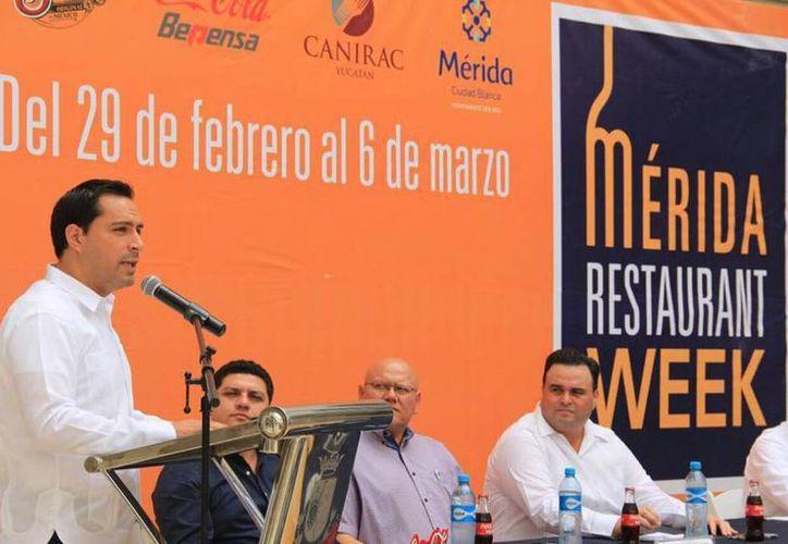 Mauricio Vila durante la presentación del programa Mérida Restaurant Week en esta ciudad, que se realizará del 29 de febrero hasta el 6 de marzo. (Facebook de AyuntaMÉRIDA)