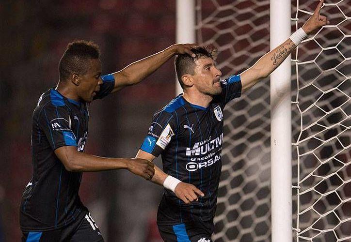 Gallos de Querétaro sacó ventaja en el primer partido de la llave frente al DC United. En la foto, Edgar Benítez celebra el segundo gol del cuadro queretano.(Foto tomada de Excélsior)