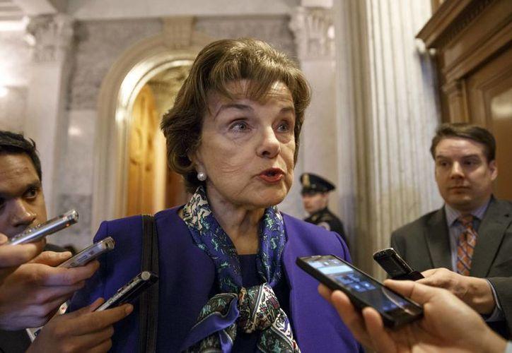 La titular del Comité Senatorial de Inteligencia, la demócrata Dianne Feinstein, habla con la prensa en el Capitolio en Washington, después de una sesión sobre la CIA. (Agencias)