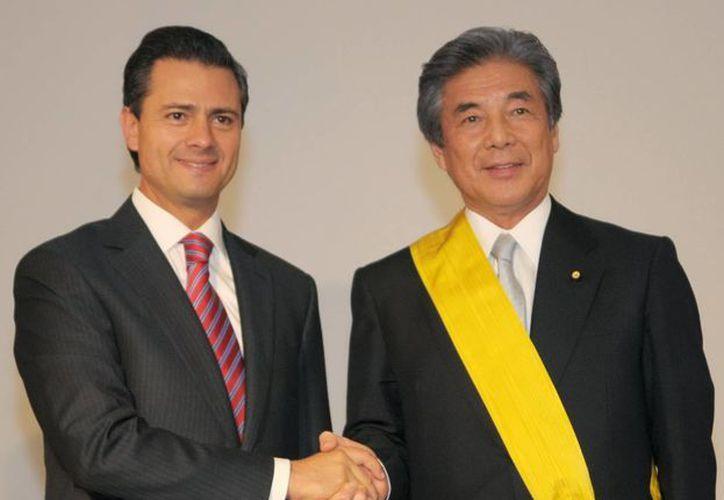 El presidente Enrique Peña Nieto, impuso la Orden Mexicana del Águila Azteca a Hirofumi Nakasone. (Notimex)