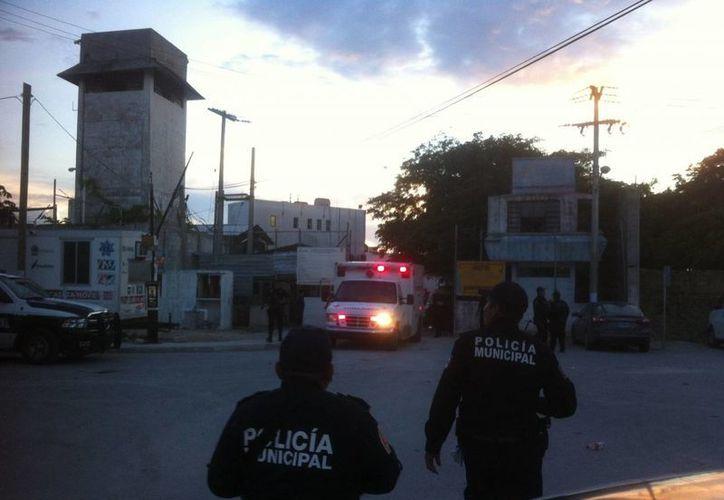 Las ambulancias de la Cruz Roja trasladan a los heridos al Hospital General. (Redacción/SIPSE)