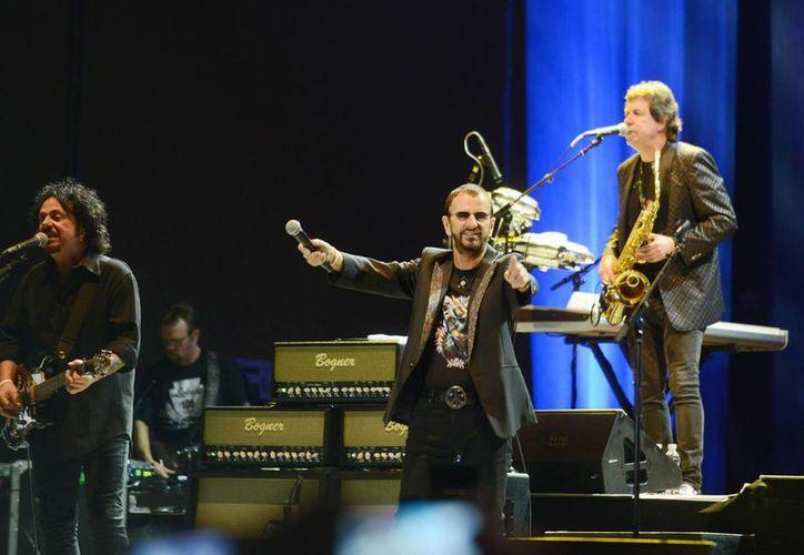 El legendario baterista agradeció acompañado de su banda los aplausos del público. (Milenio Novedades)