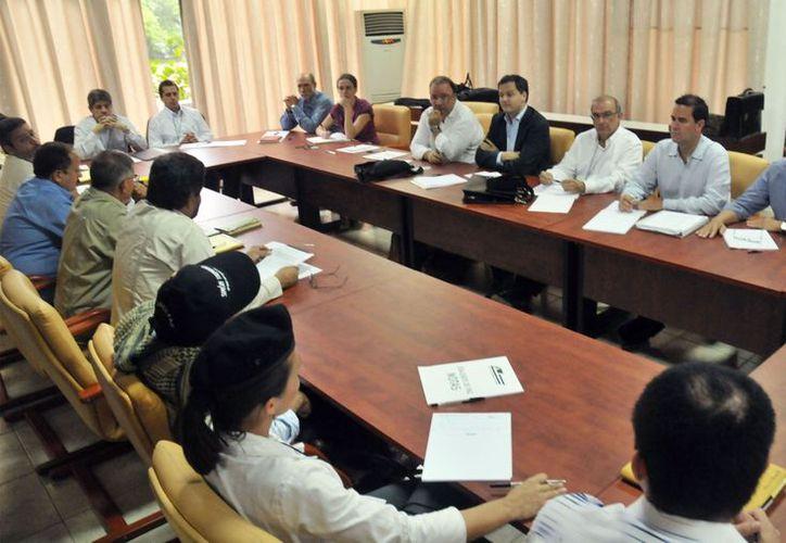 Entre silencios, denuncias y discrepancias, en La Habana ambas partes siguen las pláticas de un complejo proceso de paz. (Agencias)