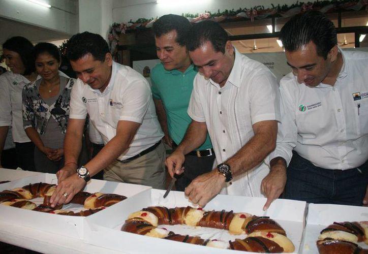 """El corte de la tradicional """"Rosca de Reyes"""". (Cortesía/SIPSE)"""