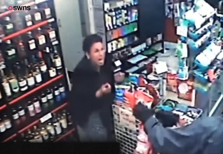 Aunque la mujer salió detrás de él, no consiguió atraparlo. (RT)