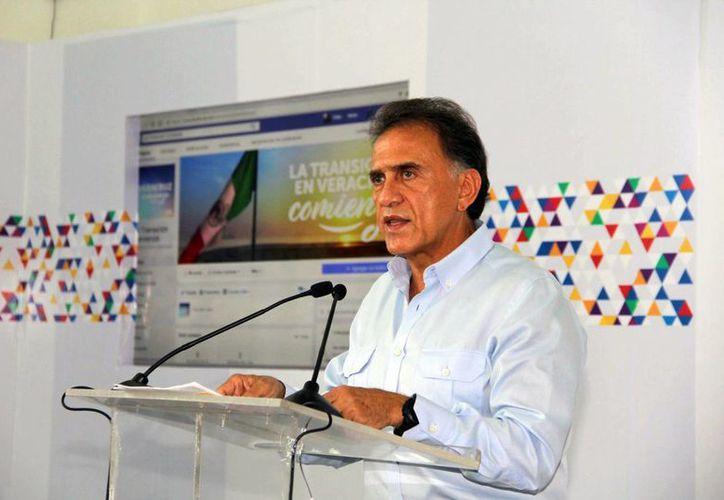 Imagen del gobernador electo de Veracruz, Miguel Ángel Yunes Linares, quien anunció que suspende proceso de  entrega-recepción, hasta que se cubran los adeudos de dejó Javier Duarte de Ochoa. (@YoconYunes)