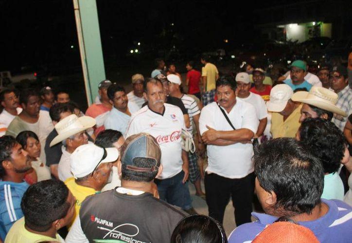 Alrededor de 150 habitantes de la comunidad se dieron cita en el domo de la comunidad para acordar el bloqueo. (Edgardo Rodríguez/SIPSE)