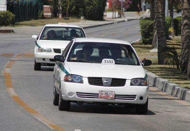 Los taxistas señalaron que el número de servicios ha disminuido. (Israel Leal/SIPSE)