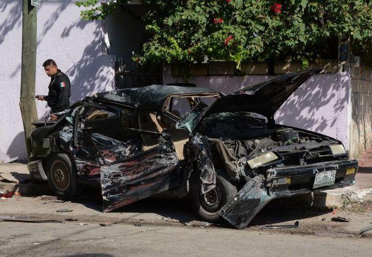 El accidente dejó como lesionados a cuatro personas que fueron rescatados del vehículo. (SIPSE)