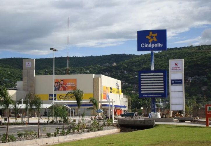 Imagen de archivo de la plaza comercial Galería Tamarindos, presuntamente propiedad del ex presidente municipal de Iguala José Luis Abarca Velázquez. (radiozitacuaro.com)