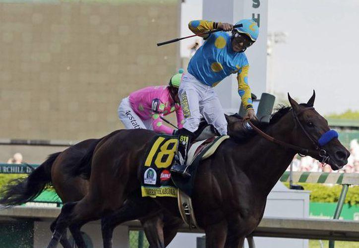 El mexicano Víctor Espinoza conduce a American Pharoah a la victoria en el Derby de Kentucky. (Foto: AP)