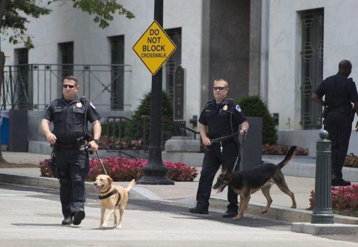 Miembros de la policía evacuaron también con carácter de emergencia tres plantas del edificio Dirksen del Senado en el Capitolio, Washington, Estados Unidos, tras recibir una amenaza de bomba por telefóno. (EFE)