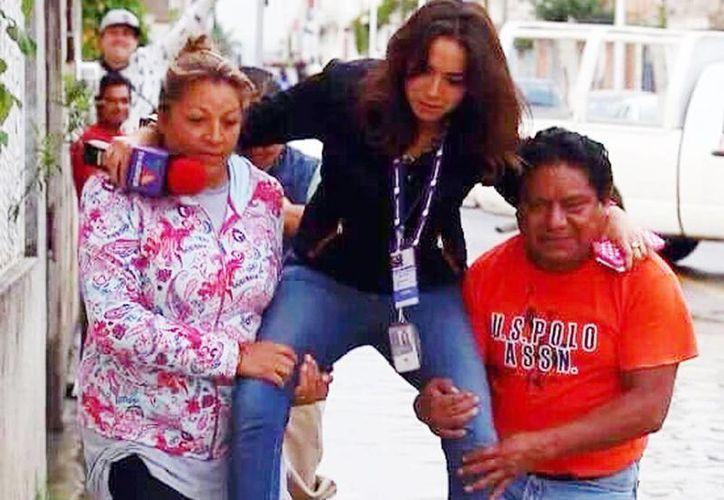 Lydia Cumming fue bautizada como #LadyReportera después de circular esta fotografía que se hizo viral; TV Azteca Puebla despidió a la joven a causa de la controversia. (@MyloBrizuela)
