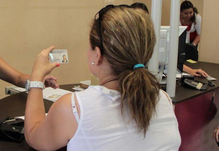 El INE invita a los ciudadanos a renovar sus credenciales vencidas. (Milenio Novedades)