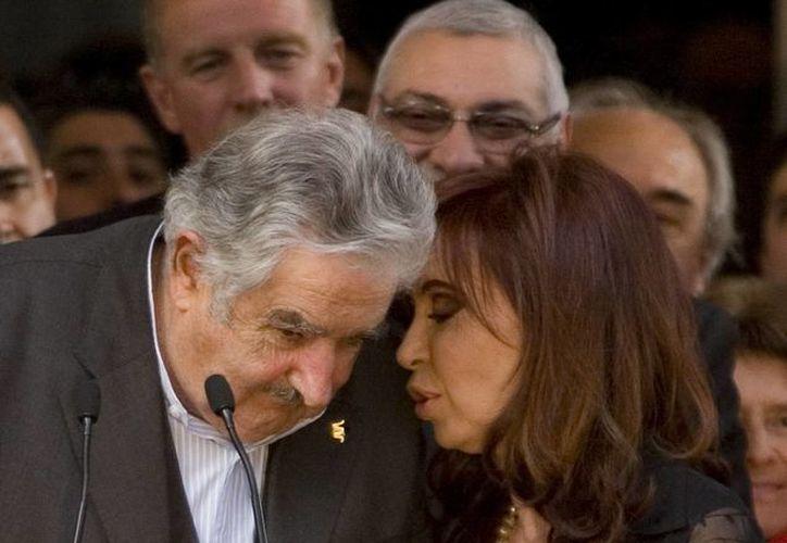 Cristina Fernández de Kirchner junto a su homólogo José Mujica, de Uruguay, durante la inauguración de la Casa Patria Grande Néstor Kirchner, en 2011. (EFE/Archivo)