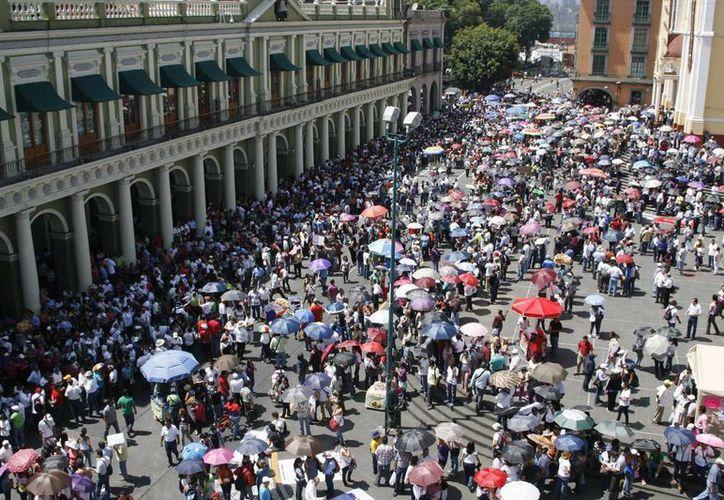 Más de un mes estuvieron cerrados los comercios por los plantones de la CNTE, con el crédito, podrán resarcir la pérdida que tuvieron. (Archivo Notimex)