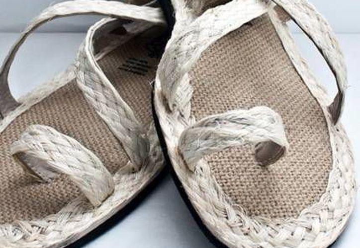 Zapatos de fibra de henequén. (SIPSE)