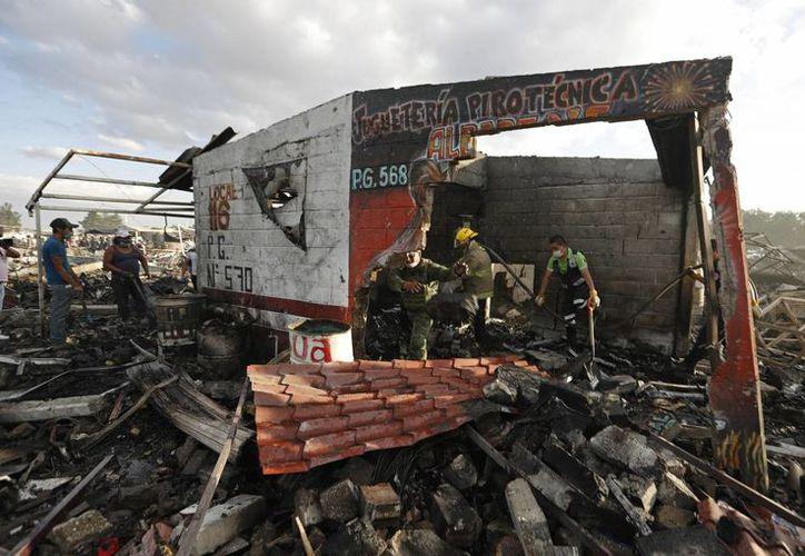 Así quedaron los puestos de pirotecnia tras el incendio. (AP/Eduardo Verdugo)