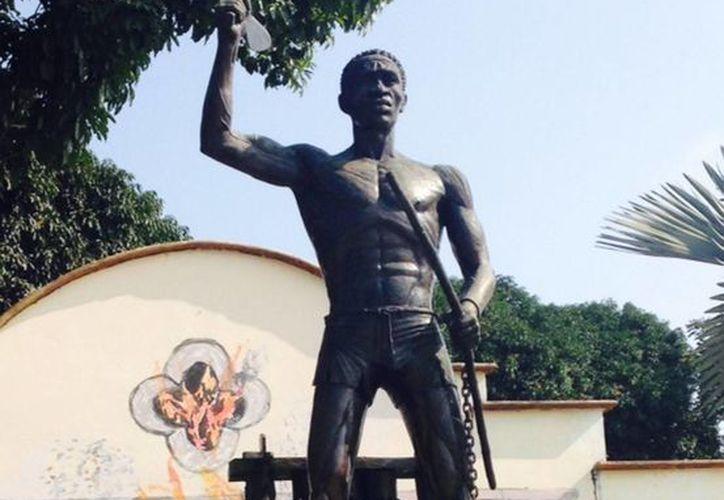 """En la Plazuela del Yanga, en la cabecera municipal se encuentra un monumento fabricado de bronce en su honor llamado """"El Yanga"""", que mide alrededor de seis metros y pesa casi una tonelada. (Notimex)"""