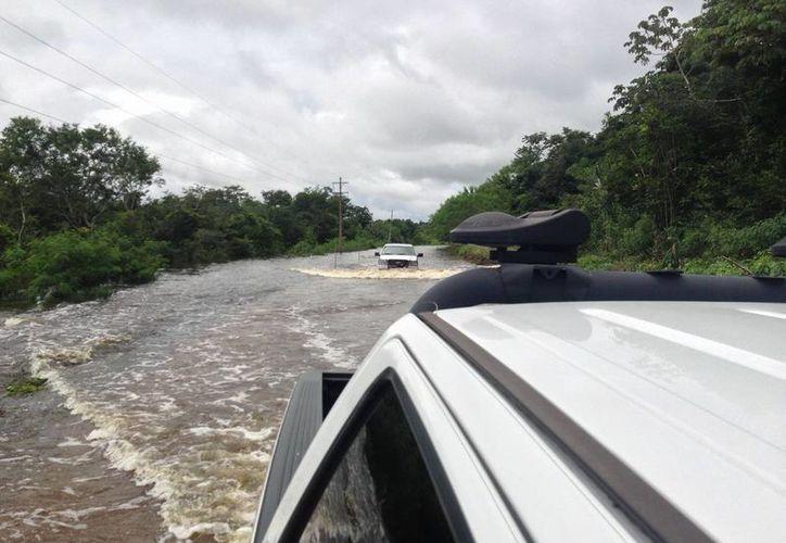 Se han detectado tramos carreteros con cruces de agua de 200 metros con una profundidad de hasta 50 centímetros. (Redacción/SIPSE)
