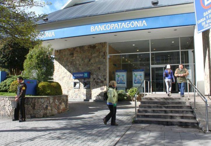 Los bancos argentinos no laborarán hasta el próximo lunes, esto en protesta por los recortes llevados a cabo por el gobierno nacional como parte de su plan de ahorro. (economicasbariloche.com.ar)