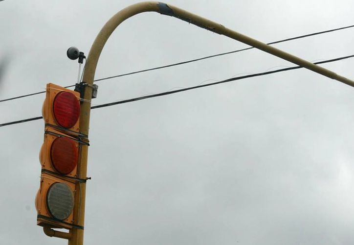 En Chetumal hay 35 semáforos instalados, que funcionan en un 70% de su capacidad o vida útil. (Harold Alcocer/SIPSE)