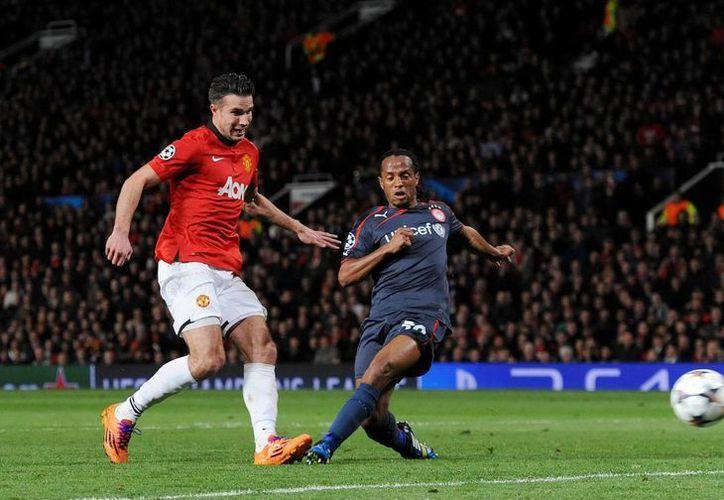 Van Persie anota su segundo gol a pase de Rooney ante Olimpiakos, que había vencido 2-0 en el juego de ida. (EFE)