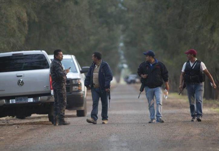 Imagen de archivo de agentes que llegaron al lugar del enfrentamiento en Tanhuato el pasado 22 de mayo. (Archivo/AP)