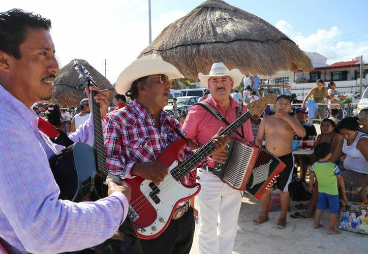 'Los Arenitas' amenizan el ambiente en Playa del Niño de Cancún. (Jesús Tijerina/SIPSE)