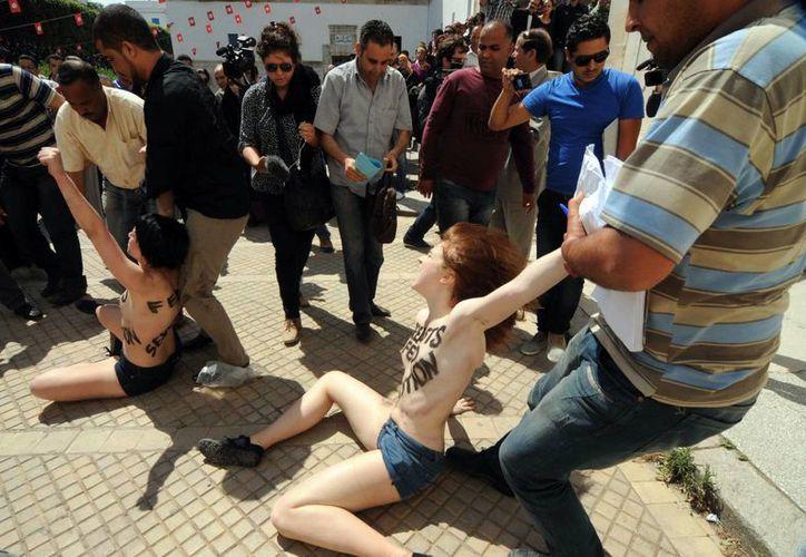 Las activistas dijeron que protestaban por el papel de la mujer en el mundo árabe. (Agencias)