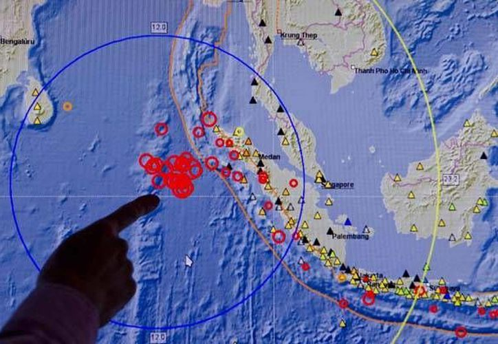 Varias mezquitas en Indonesia colapsaron ante la fuerza de un sismo registrado este miércoles. (Agencias)