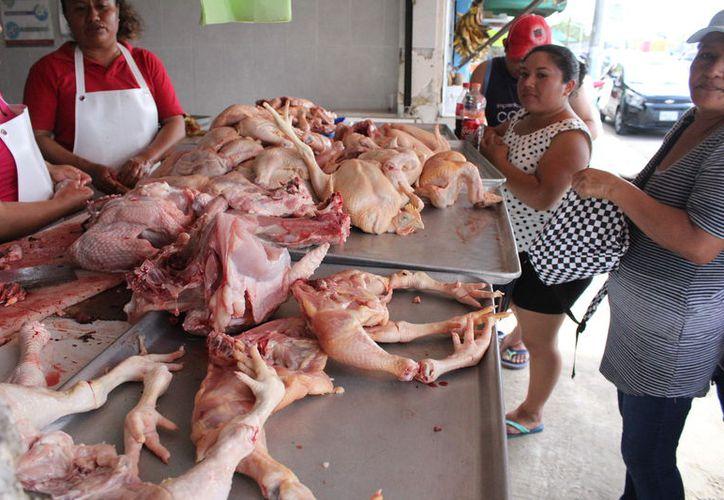 El bajo ingreso de las familias chetumaleñas sólo les permitirá comprar pollo, en lugar del tradicional pavo. (Joel Zamora/SIPE)
