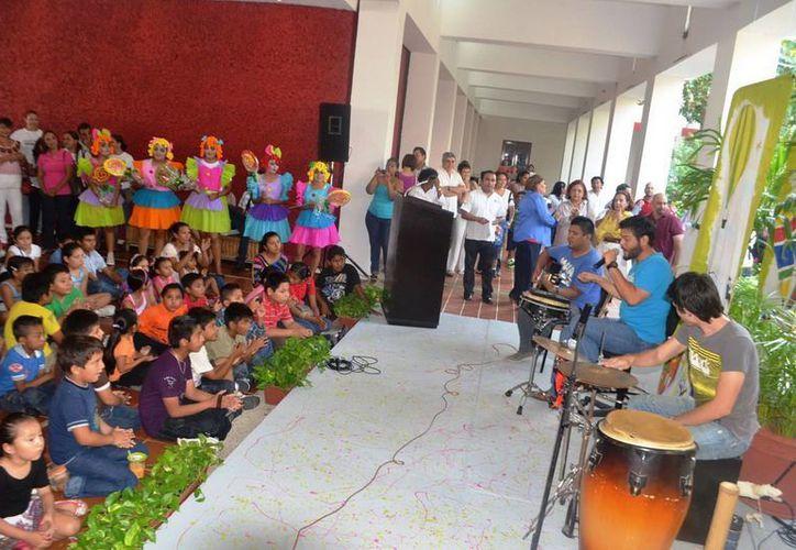 Decenas de niños presenciaron el concierto musical, encabezado por el músico Jorge Ruiz. (Redacción/SIPSE)