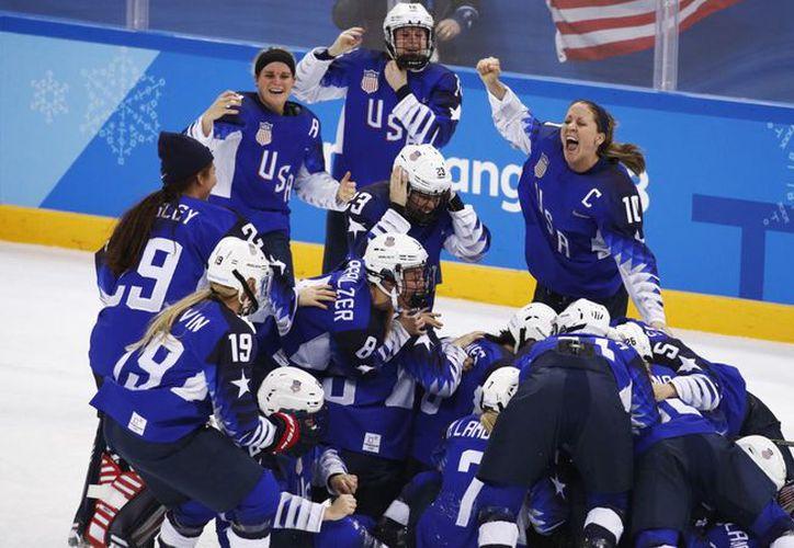 Jugadoras estadounidenses celebran la victoria contra Canadá que les dio la medalla de oro en los Juegos Olímpicos de Invierno. (Foto: Voa Noticias)