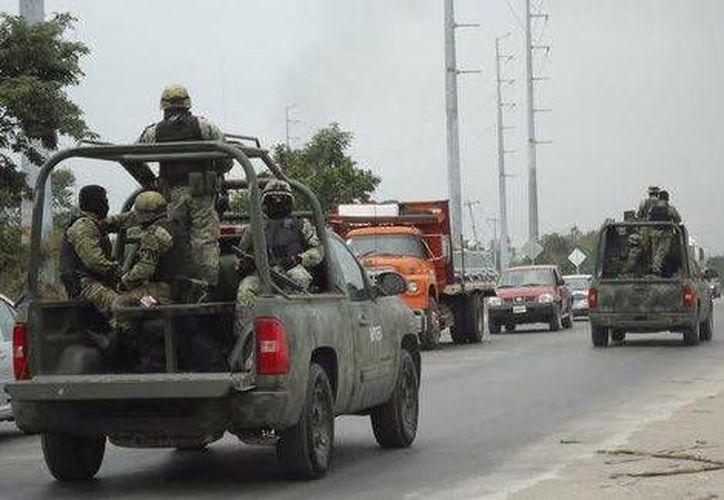 Elementos de la Sedena capturaron a un hombre que saqueó un negocio de ropa y celulares en Gómez Palacio, Durango. (Milenio)