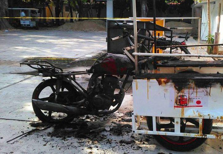 Mototaxis fueron destruidos en enfrentamientos contra taxistas.(Daniel Pacheco/SIPSE)