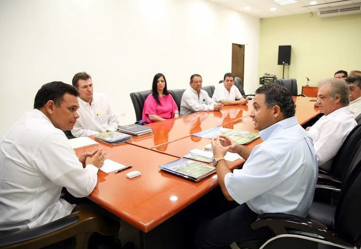 Zapata Bello se reunió ayer con organizadores de la L Exposición Nacional de Ganado Cebú. (SIPSE)
