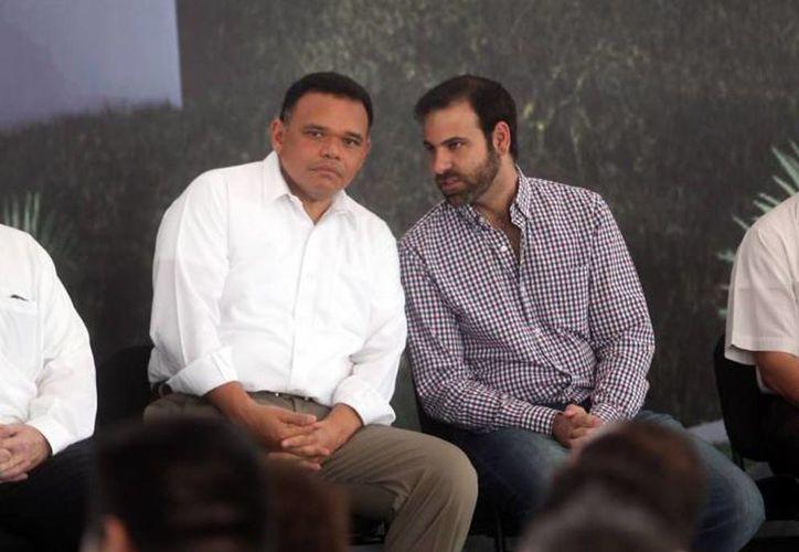 El presidente del CCE, Juan José Abraham Daguer (der), aseguró que apoya la iniciativa del gobernador de Yucatán, Rolando Zapata Bello, y dijo que la propuesta ayuda a que los servidores públicos cumplan su cometido. (Archivo/SIPSE)