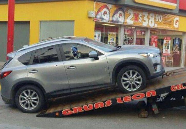 Imagen de la camioneta en la que viajaban la victimas y fue baleada. (noticiasacapulconews.com)