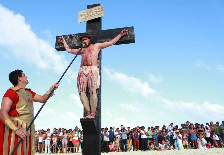 Dentro de la religión católica la Semana Santa representa la pasión, muerte y resurrección de Jesús. (SIPSE)