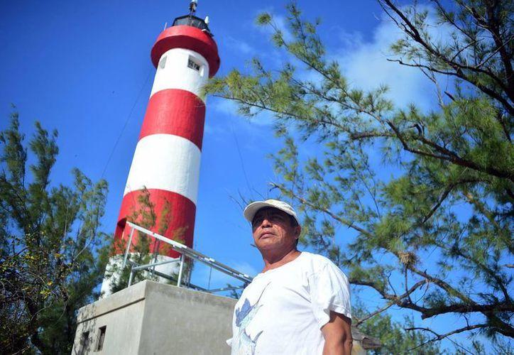 Sóstenes Verde es uno de los últimos fareros de Yucatán, oficio que actualmente está en extinción. (Milenio Novedades)