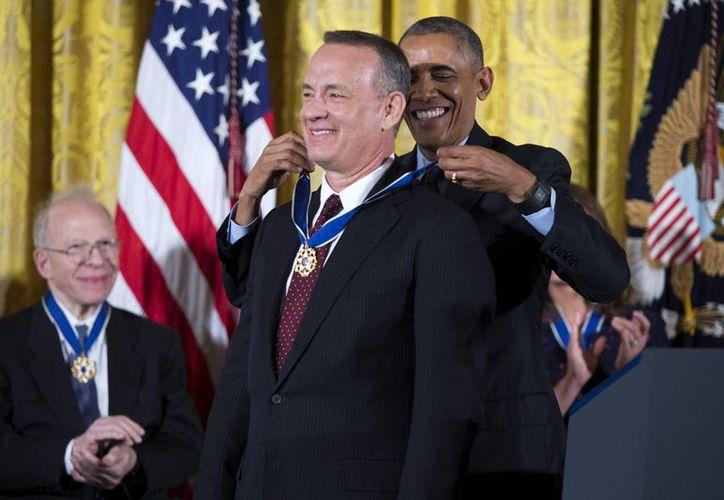 El presidente Barack Obama condecora al actor Tom Hanks durante la ceremonia de entrega de la Medalla de la Libertad celebrada en la Sala Este de la Casa Blanca en Washington. (EFE)