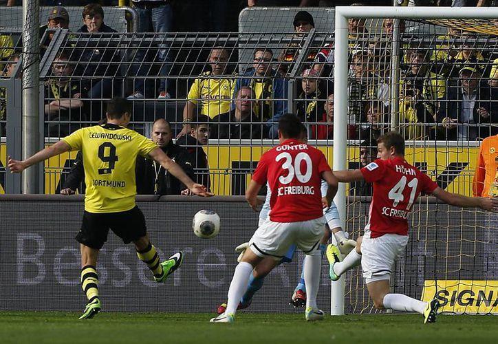 Robert Lewandowski (i) contribuyó con un doblete a la goleada del Dortmund. (Agencias)