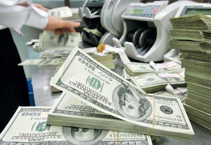 El billete verde se compró en un mínimo de $14.93 pesos. (Archivo/AP)
